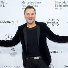 Designer Guido Maria Kretschmer verbreitet schon vor der Show gute Laune.