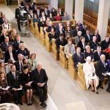 Zum Gottesdienst in der Schlosskapelle kommt die königlichhe Familie gemeinsam mit ihren Gästen.