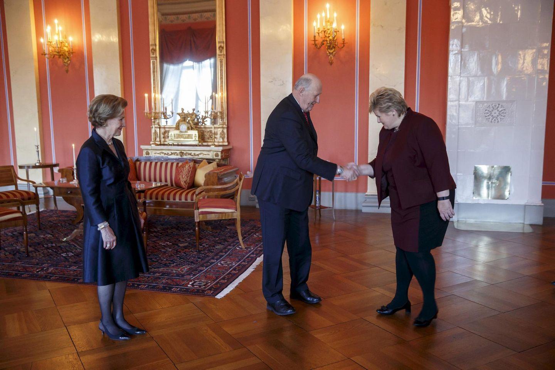 Die Jubiläumsfeierlichkeiten beginnen: Im Schloss von Oslo empfängt der König Premierministerin Erna Solberg als eine der ersten Gratulantinnen.