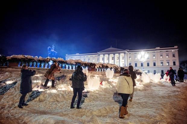 Auch am Abend zeigt sich das Osloer Schloss im winterlichen Dekor und wunderschön erleuchtet. Viele Norweger schießen noch schnell Fotos von der Pracht.