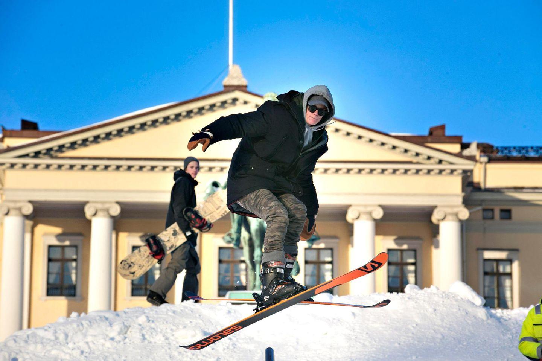 Marius Borg Höiby, Prinzessin Mette-Marits Sohn, probiert die Skirampe aus.
