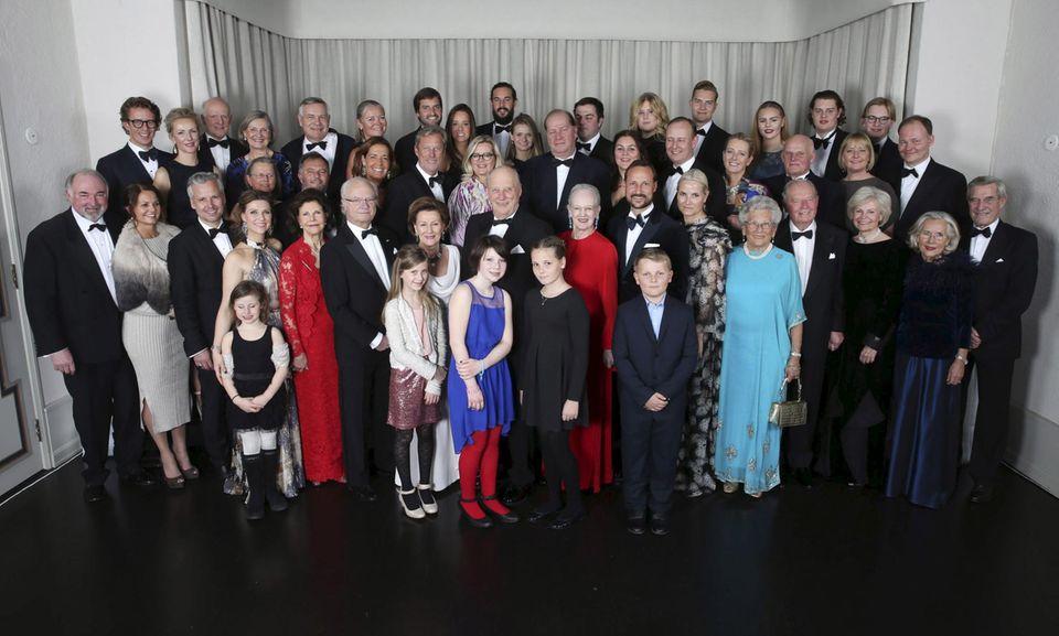 Gruppenbild zum abendlichen Dinner: In der vordersten Reihe posiert die königliche Familie mit den royalen Verwandten.  Ari Behn (3. v. l.), Prinzessin Märtha Louise (mit Emma Tallula), Königin Silvia, König Carl Gustaf, Königin Sonja (mit Leah Isadora und Maud Angelica), König Harald (mit Prinzessin Ingrid Alexandra), Königin Margrethe, Prinz Haakon, Prinzessin Mette-Marit, Prinzessin Astrid (Schwester von König Harald), Erling Lorentzen (4. v. r.; Schwager von König Harald).