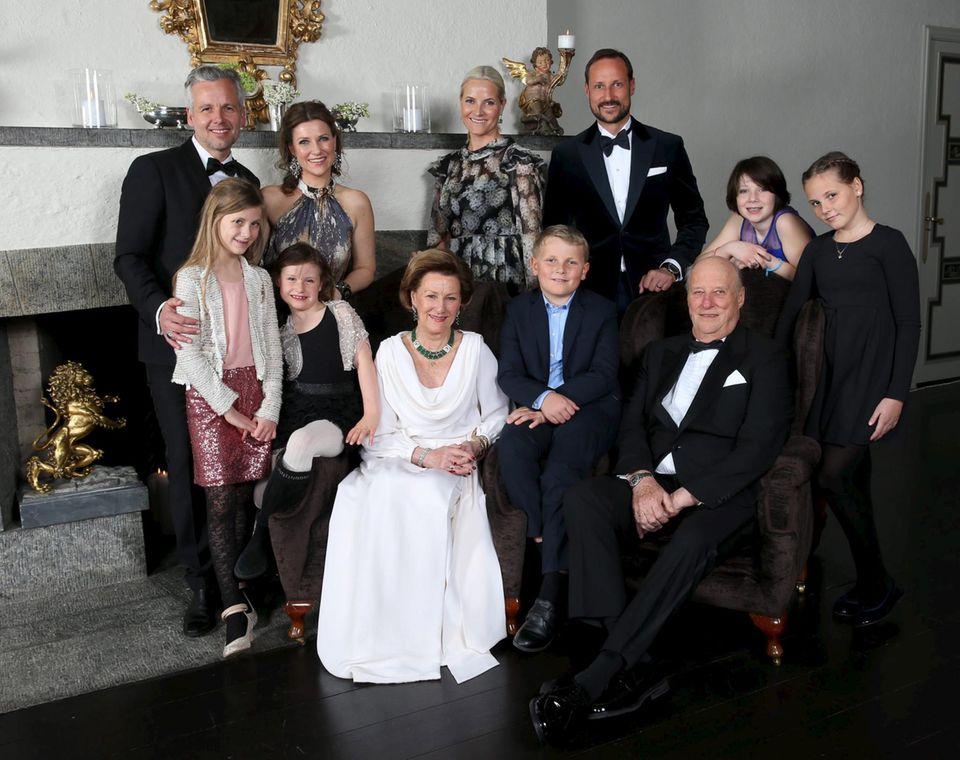 Der Jubilar mit seinen Kindern und Enkeln: Ari Behn, Prinzessin Märtha Louise (mit Leah Isadora und Emma Tallula), Prinzessin Mette-Marit, Prinz Haakon, Maud Angelica Behn (Tochter von Prinzessin Märtha Louise), Prinzessin Ingrid Alexandra, König Harald, Prinz Sverre Magnus und Königin Sonja.