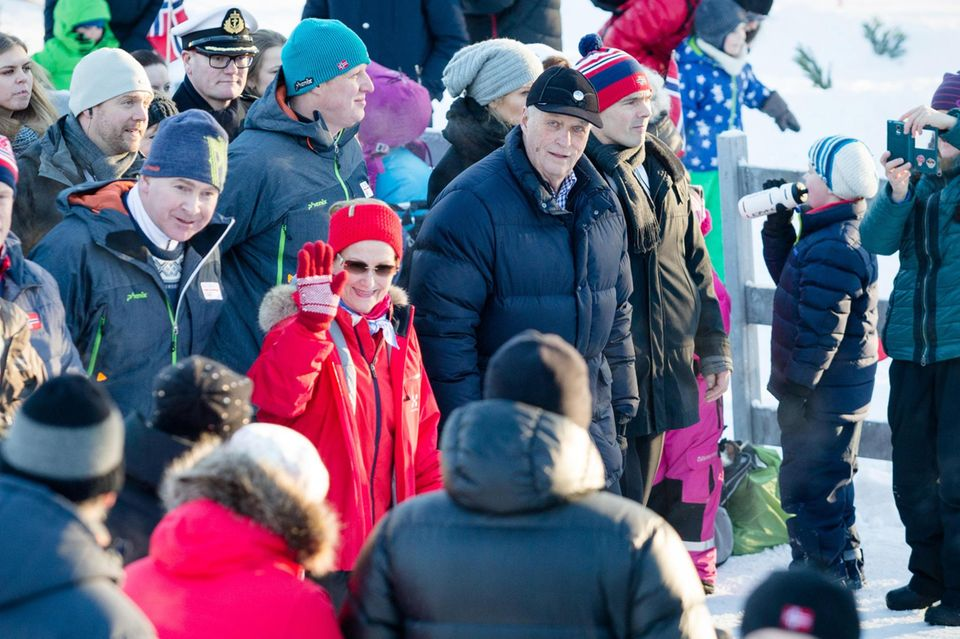 Königin Sonja und König Harald mischen sich unter das bunte Treiben.