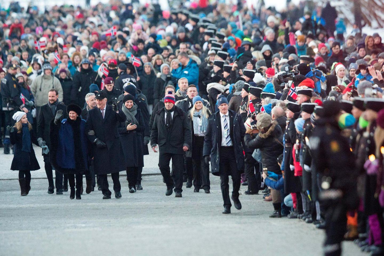 Das Königspaar macht sich, in Begleitung von Kindern und Enkelkindern, auf dem Weg zur Universtität, wo die Feierlichkeiten weitergehen.
