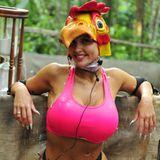"""Colour-Blocking mal anders: Bei der Dschungel-Schatzssuche """"Dicke Eier"""" musste It-Girl Sophia Wollersheim, zur Freude der Zuschauer, einen etwas skurrilen Hühner-Hut zu ihrem neonpinken Sport-Top und weißem Mini-Hösschen kombinieren."""