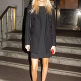 Das Outfit schlicht und elegant in Schwarz gehalten, wird der rote Lippenstift und ihr rotes Handy zum effektvollen Hingucker.