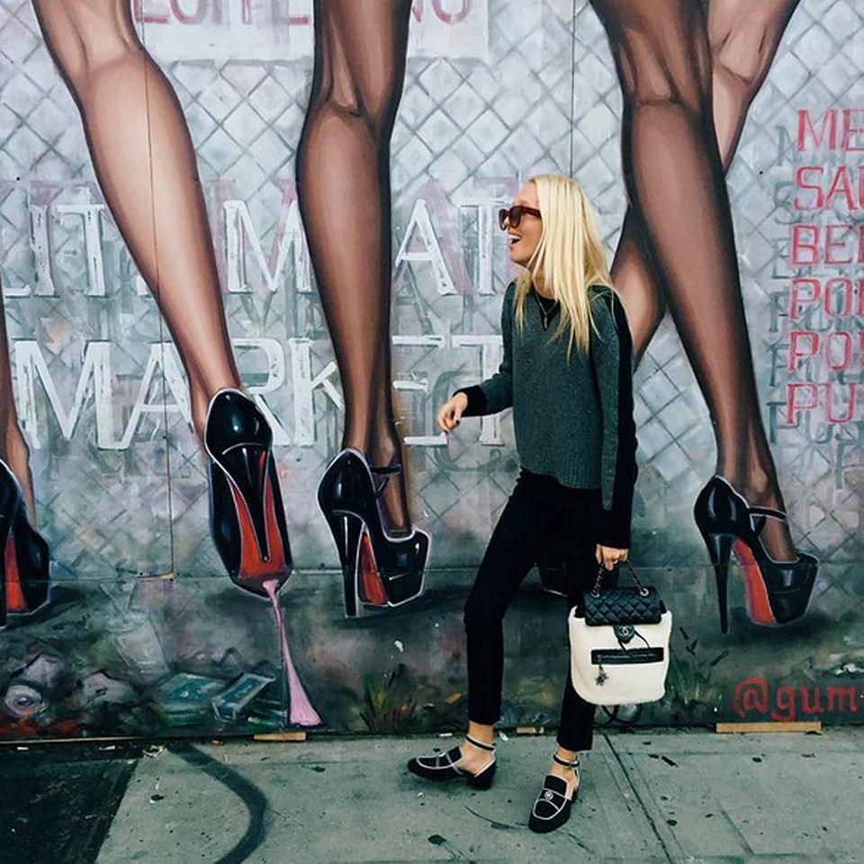 Streetart trifft Streetstyle: Ganz lässig im grünen Pullover, schwarzer Hose und mit ihrer Luxus-Handtasche von Chanel zieht Prinzessin Maria-Olympia durch die Straßen von New York.