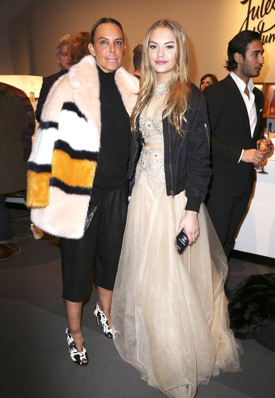 Cooles Mama-Tochter-Duo: Natscha Ochsenknecht ist bekannt für ihren kunterbunten Kleidungsstil. Ihre Tochter Cheyenne Savannah Ochsenknecht mag es auch auffällig. Die Kombination von Ballkleid und Bomberjacke ist zwar cool, aber das Kleid ist dennoch zu übertrieben für die Fashion Week.