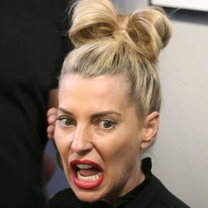 Schleifen-Alarm! So wirklich scheint Giulia Siegel die Lady-Gaga-Gedächtnis-Frisur auch nicht zu gefallen.