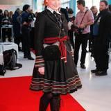 Enie van de Meiklokjes trug ein für sie typisches, ausgefallenes Outfit im Folklore-Style.