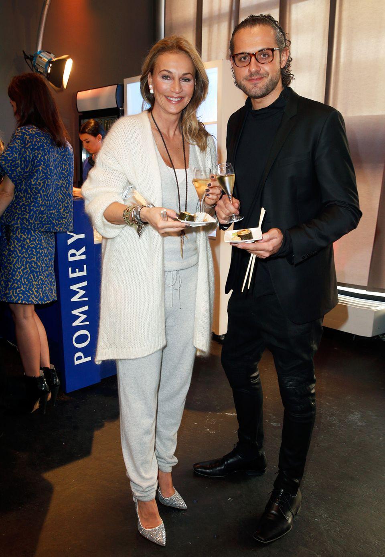 Caroline Beil genießt mit ihrem Freund Philipp Sattler die kulinarischen Köstlichkeiten des Fashion Brunchs zusammen mit dem leckeren Champagner von Pommery.