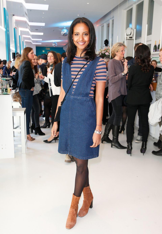 Casual-Chic: Sara Nuru kombinierte ihr Jeanskleid zu braunen Wildleder-Stiefeletten.