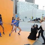 Beim Shooting mit Starfotograf Rankin müssen sich die Mädchen ganz schön ins Zeug legen.