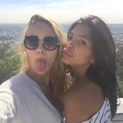 """Ein fröhliches """"Morgääähn"""" senden die Mädchen aus ihrer Villa in Los Angeles."""