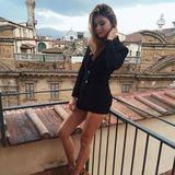 Damit ihr Gentleman-Look nicht zu maskulin wirkt, zeigt Stefanie Giesinger ihre nackten Beine, die sie durch hübsche Heels optisch streckt. Bellissima!
