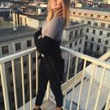 Als Posing-Queen weiß Stefanie Giesinger, wie sie eine schlichte Strickjacke perfekt in Szene setzt. Sie lässt das Oberteil ganz locker die Schulter heruntergleiten. Zusätzlich sexy wird der Look durch Sandaletten.