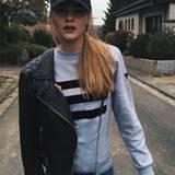 Ihren sportlichen Look samt Sweater und Basecap bricht Stefanie Giesinger mit einer rockigen Bikerjacke.