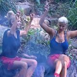 Lästerschwestern: Jenny Elvers und Sophia Wollersheim tratschen am Lagerfeuer.