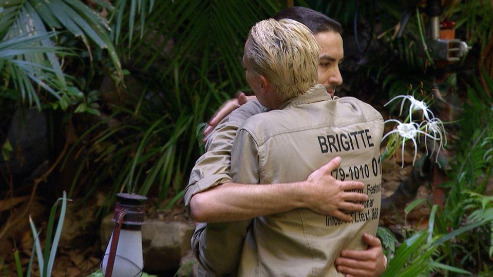 Brigitte Nielsen ist gerührt und schließt Menderes in ihre Arme.