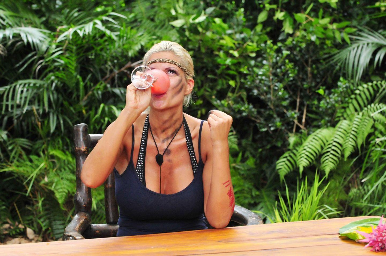 3. Gang: Ein Glas Wein (Chardonnay) oder ein Glas Hirschblut. Sophia schnappt sich das Hirschblut und kippt es runter.