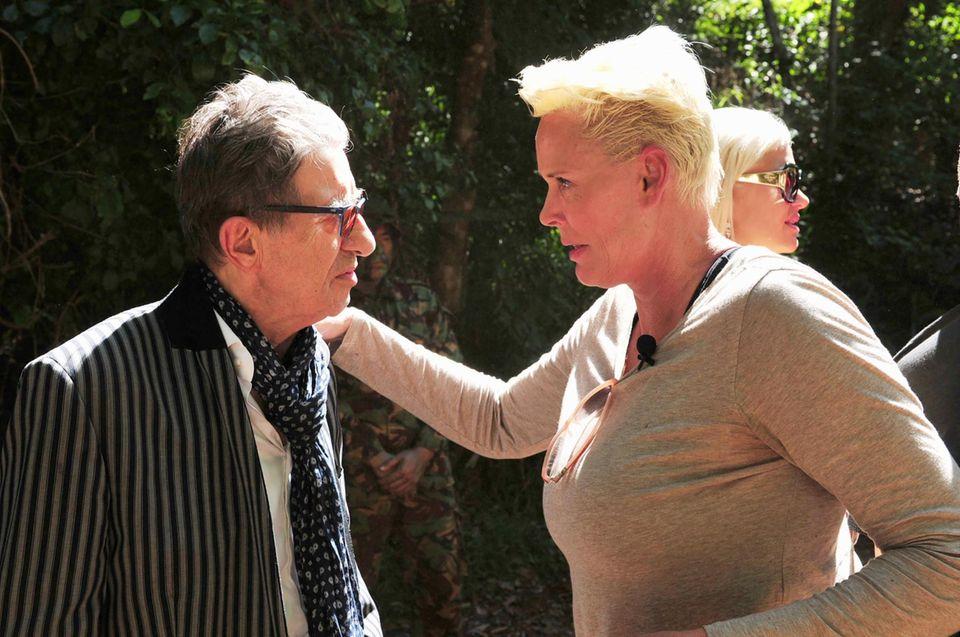 Rolf Zacher bekommt von Dschungel-Expertin Brigitte Nielsen ein paar, hoffentlich nützliche, Tipps.