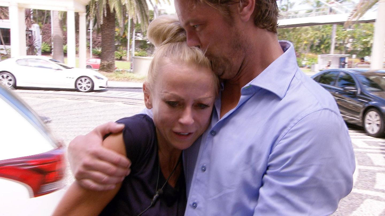 Am Hotel wird Jenny schon sehnsüchtig von ihrem Freund Steffen erwartet.