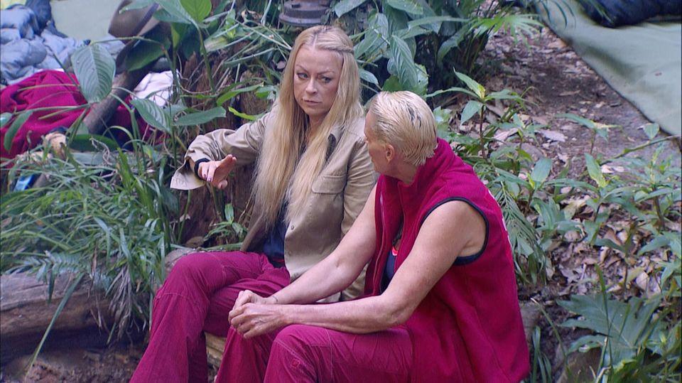 Jenny Elvers und Brigitte Nielsen tauschen sich im Camp über ihre Erfahrungen mit Paparazzi aus.