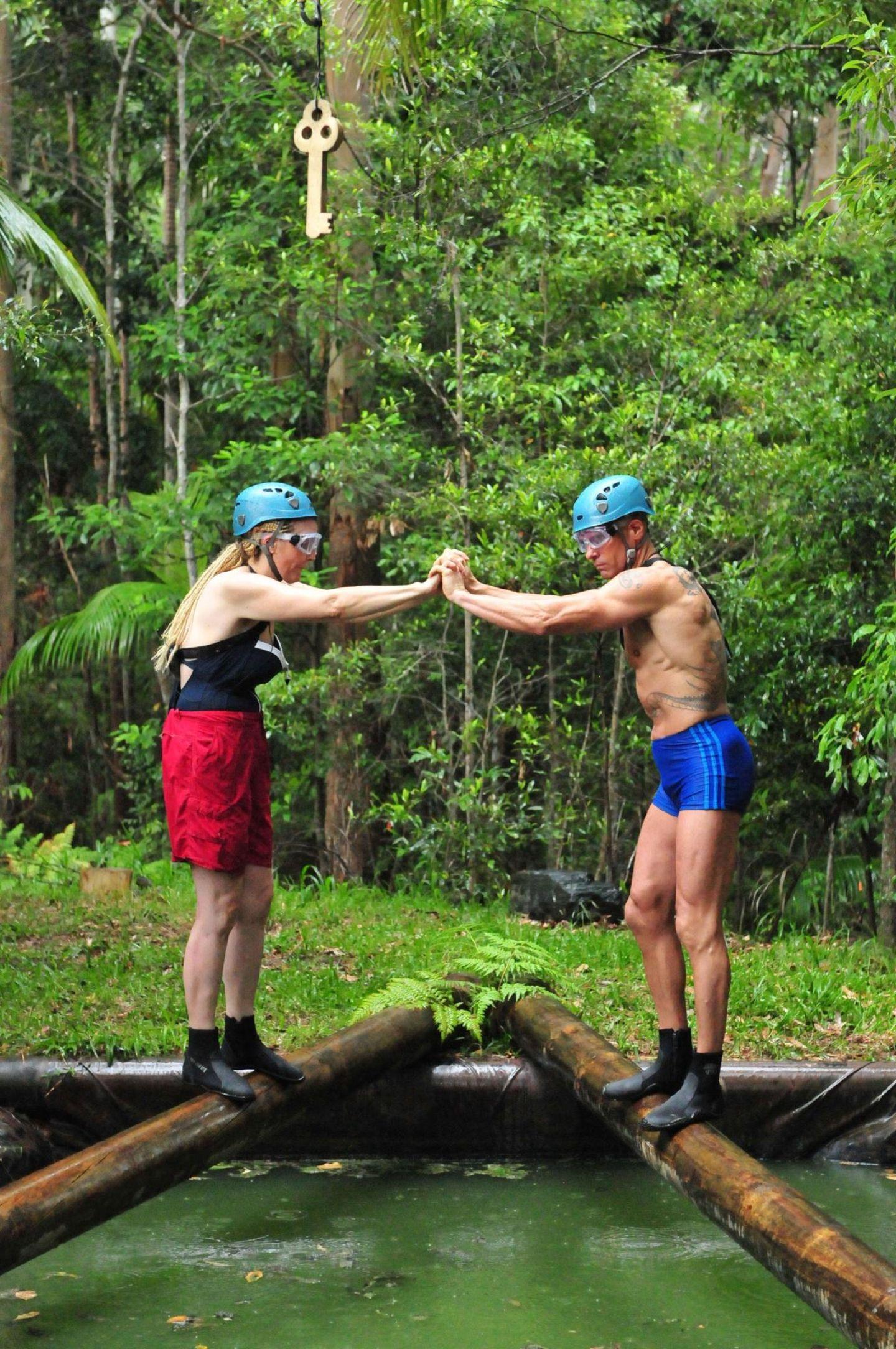 Das Dreamteam auf Schatzsuche: Helena und Thorsten müssen sich gegenseitig stützen und dabei den Baumstamm entlangbalancieren.