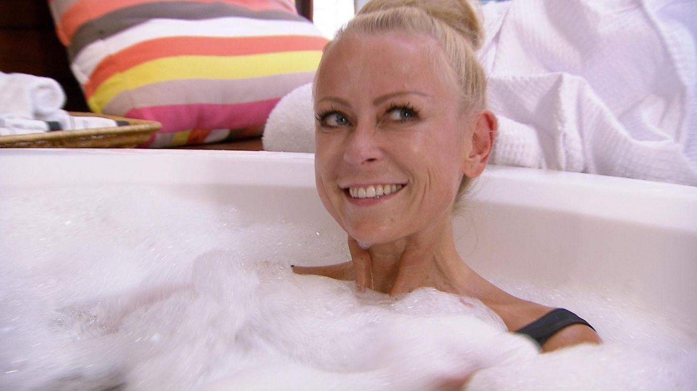 Im Hotel gönnt sich Jenny Elvers erst einmal ein ausgiebiges Schaumbad.