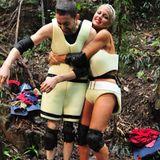 Menderes und Sophia treten zur Schatzsuche an. Mit ihren saugkräftigen Outfits müssen die beiden Camper immer wieder in einen Fluss tauchen, damit sie über einem leeren Becken das Wasser aus den Klamotten auswringen können.