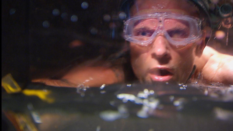 In einer unterirdischen Höhle muss er kriechen, schwimmen und tauchen - und findet alle neun Sterne.
