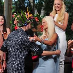 Dschungelkönig Menderes zieht ins Baumhaus ein und wird von seinen Mitcampern freudig begrüßt