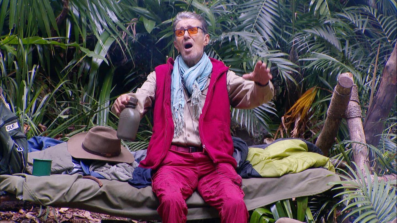 Rolf Zacher ist genervt. Seine Mitcamper sind ihm einfach zu laut.