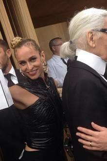 Nein, Karl Lagerfeld sitzt nach seiner spektakulären Schau nicht etwa der Schalk, sondern das gut gelaunte Rock-Model Alice Dellal im Nacken. Sie scherzt hinter seinem Rücken mit einer hübschen Goodie-Bag herum.