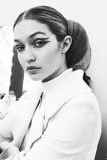 Von dem Versace-Wahnsinn und der anschließenden, wilden Party hat sich Gigi Hadid scheinbar erholt. An Tag drei befindet sie sich bereits am Vormittag in der Maske von Chanel.