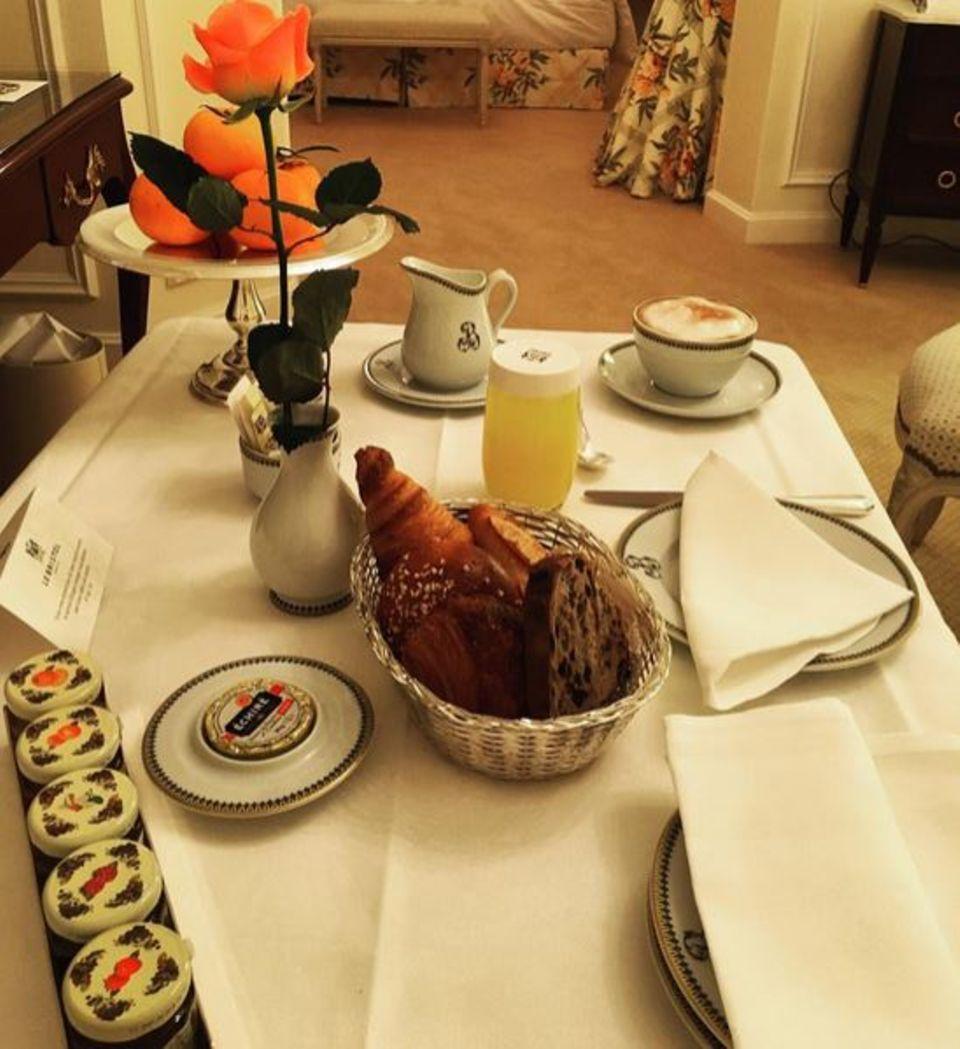 Mit einem französischen Frühstück beginnt auch Kitty Spencer - die Nichte von Lady Diana - ihren Tag. Croissants und Café gibt es bei ihr direkt aufs Hotelzimmer. So kann sie sich ganz entspannt auf die folgenden, turbulenten Stunden vorbereiten.