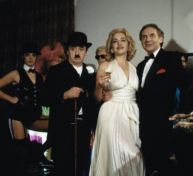 """In der Sketch-Serie """"Harald und Eddie"""" von 1987 verkleidet sich Karen Friesicke an der Seite von Eddie Arent und Harald Juhnke."""