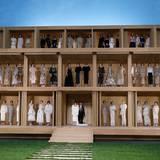 Dieses Mal präsentiert Chanel-Designer Karl Lagerfeld in häuslicher Umgebung. Wie in einem Puppenhaus sind seine Models alle gut sichtbar.