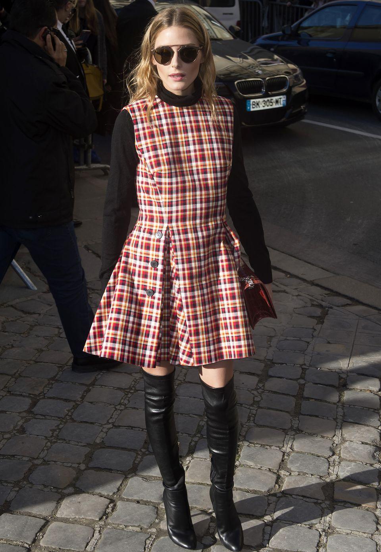 Keine Fashion-Show ohne Stil-Ikone Olivia Palermo. Im Pariser Winter setzt die waschechte New Yorkerin auf Overknees und Rolli unterm Kleid.