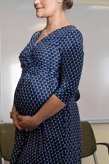 Prinzessin Victoria erwartet Baby Nummer zwei. Im November 2015 hält sie während ihres Besuchs in einem Krankenhaus in Karlstadt ihren Babybauch.