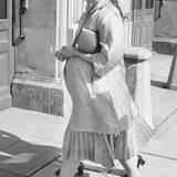 Acht Tage vor der Geburt von Victoria im Juli 1977 und mit großer Babykugel kommt Königin Silvia strahlend schön am Königspalats in Stockholm an.
