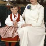 Babybauch Königin Silvia  Neujahr 1982 kann Königin Silvia ihre kleine Babykugel noch gut verstecken. Im Juni wird ihr drittes Kind, Prinzessin madeleine zur Welt kommen.