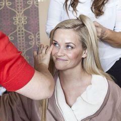 """Ihre """"Beauty-Armee"""" bestehend aus Hair- und Make-up-Artistin macht Reese Witherspoon für die Oscar-Verleihung hübsch."""