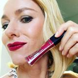 Na klar, als L'Oréal-Botschafterin lässt Naomi Watts nur Produkte der französischen Kosmetikfirma an ihre Lippen Hier hat sie sich für einen kirschroten Lipgloss entschieden.