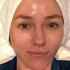 Schauspielerin Naomi Watts gönnt sich einen Tag vor den Oscars ein wohltuendes Facial.
