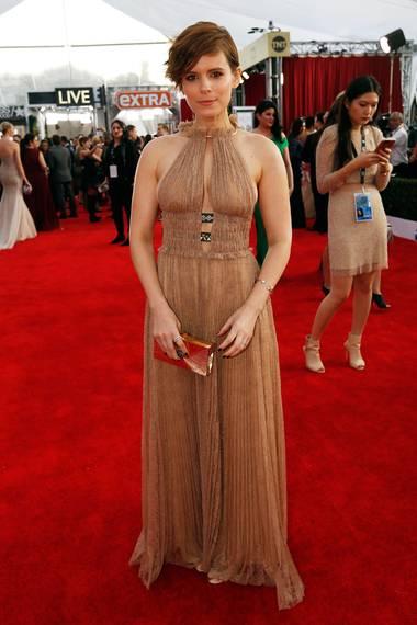 Valentino hat glamourösere Kleider im Angebot, dieser hellbrauen Neckholder passt aber doch ganz gut zu Kate Mara.
