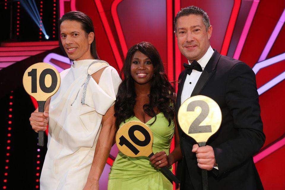 Unter den strengen Augen der Jury (Jorge Gonzalez, Motsi Mabuse und Joachim Llambi) müssen die Tanzneulinge gemeinsam mit den Profitänzern ihre Darbietungen aufs Tanzparkett bringen.