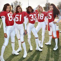 """Victoria's Secret: Wow, das nennen wir mal eine heiße Mannschaft! Selbst in voller Footballmontur machen die """"Victoria's Secret""""-Engel rund um Alessandra Ambrosio als das """"Team Angel"""" eine sexy Figur. Für den Clip """"Score More"""" gehen sie als Super-Bowl-Bombshells aufs Feld."""