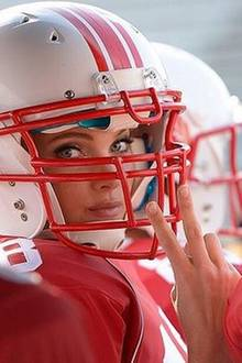 Super Bowl 2016: Helm auf, Kamera an: Model Elsa Hosk wirkt vor dem Spiel noch total ungefährlich. Doch ihr Augenaufschlag ist nur ein Täuschungsmanöver. Auf dem Homefield entwickelt sie sich zu einem echten Football-Profi.